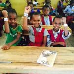 S14Fornøyde barn med rekleks på armen